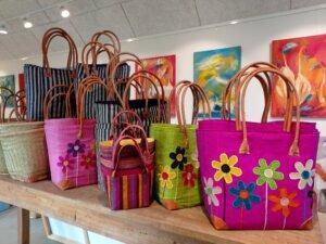 Farverige tasker fra Madagaskar i Gunhilds Galleri