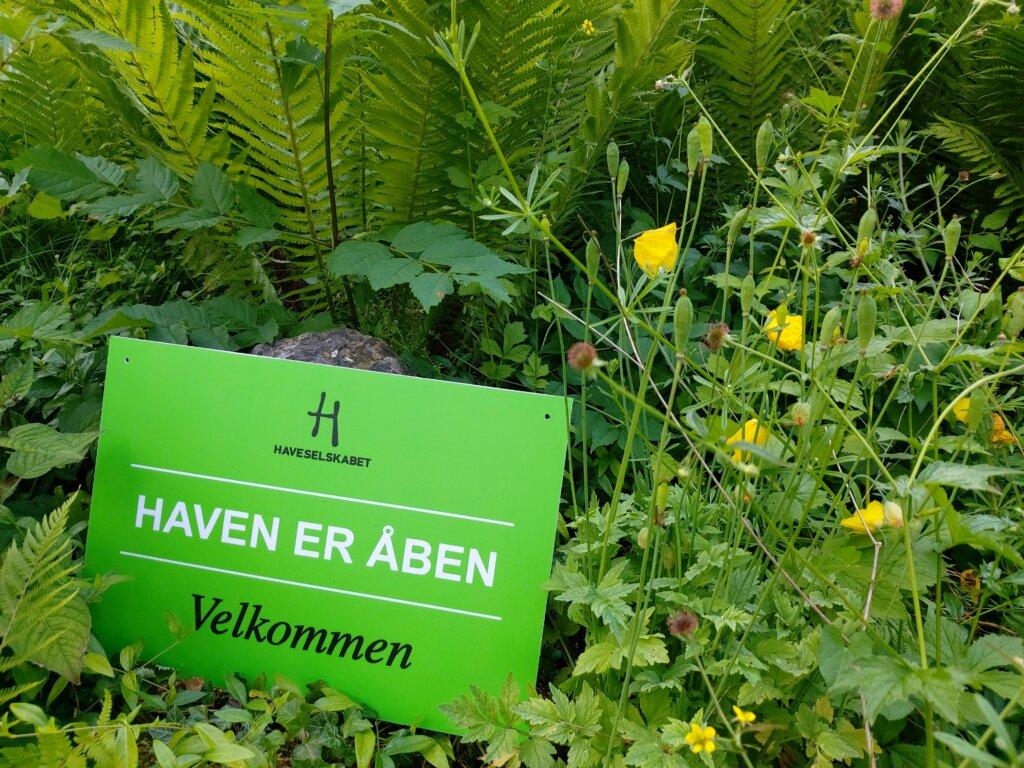 Grønt skilt der fortæller at haven er åben i forbindelse med Havefestival