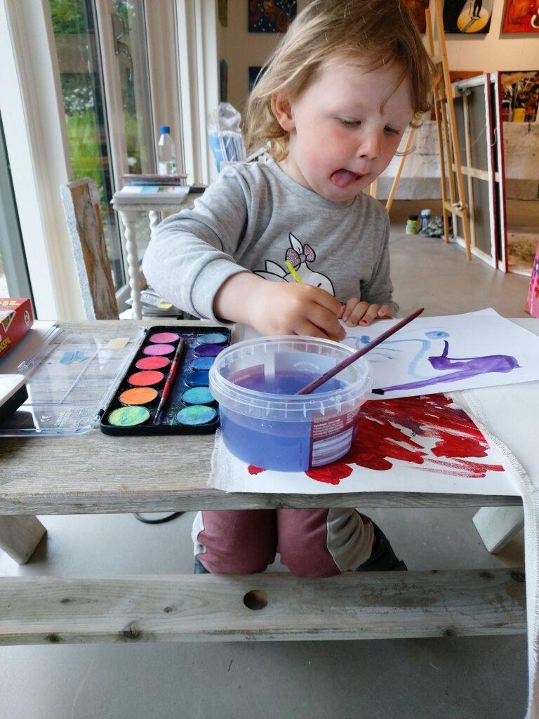 Barn der koncentreret maler og tegner i Gunhilds Galleri.