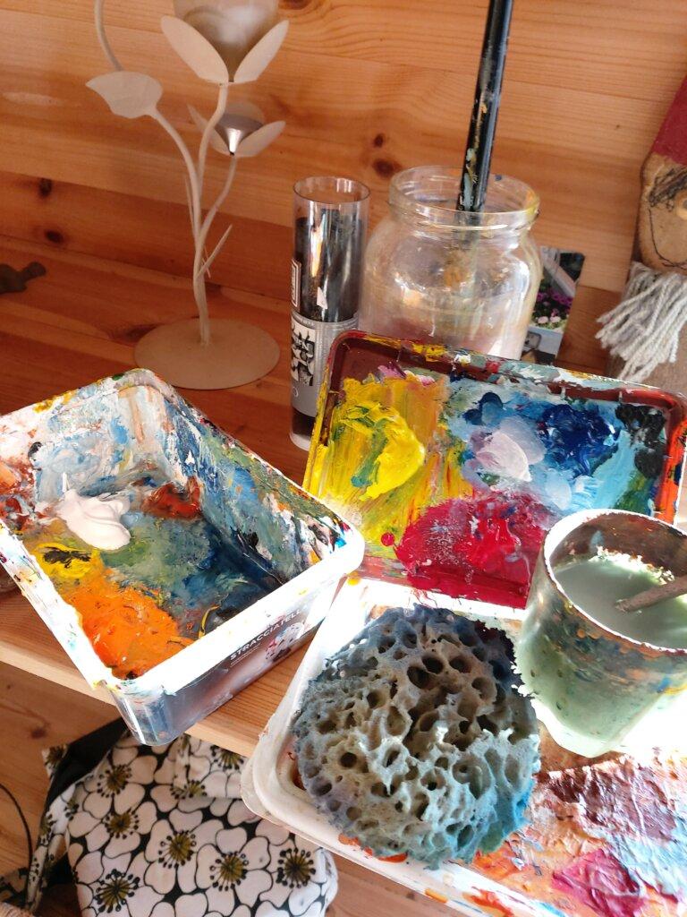 Maler udstyr med farverig maling.